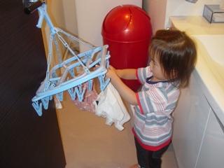 洗濯物を干してお手伝い.JPG